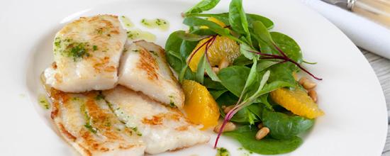 Rezept: Fisch mit Schokoladensauce und Salat mit Obst und Orangen-Vanille-Vinaigrette